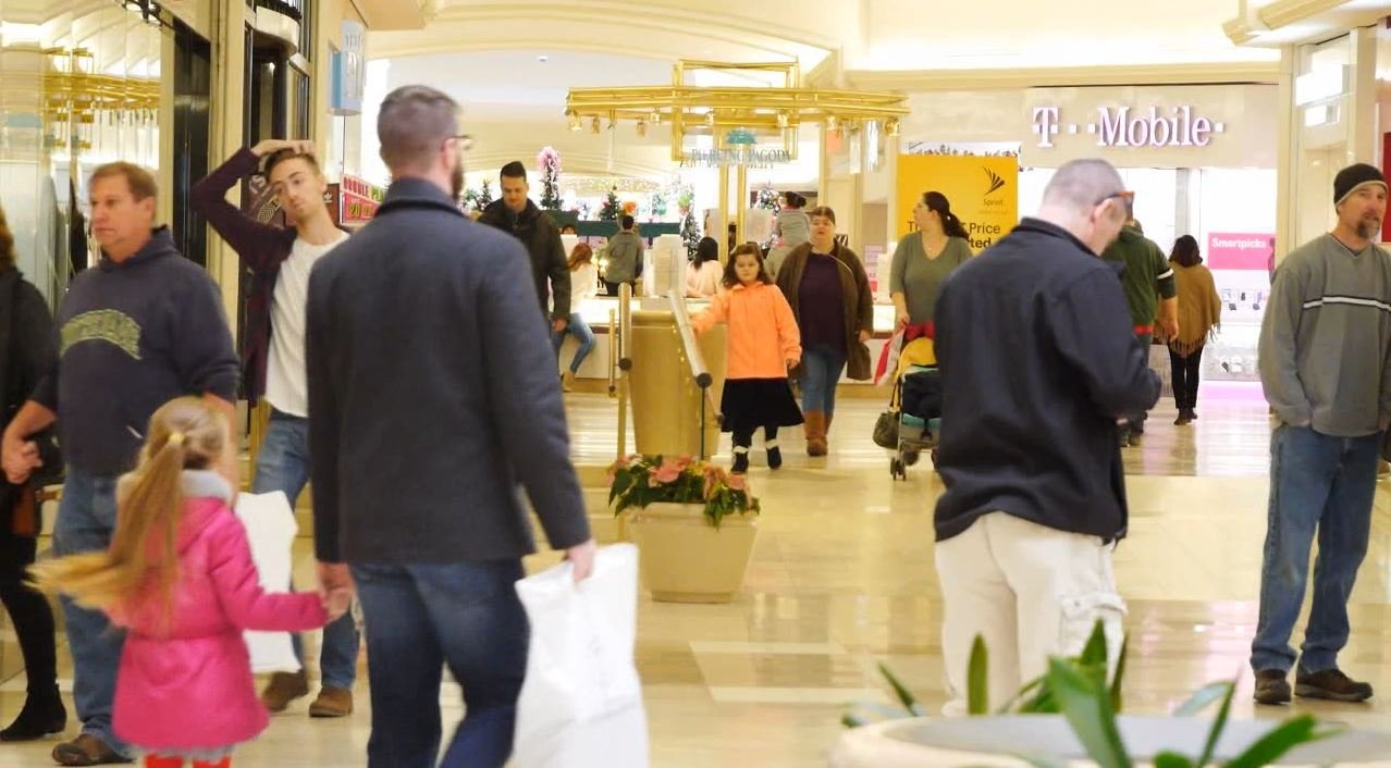 Last-minute shoppers flock to stores